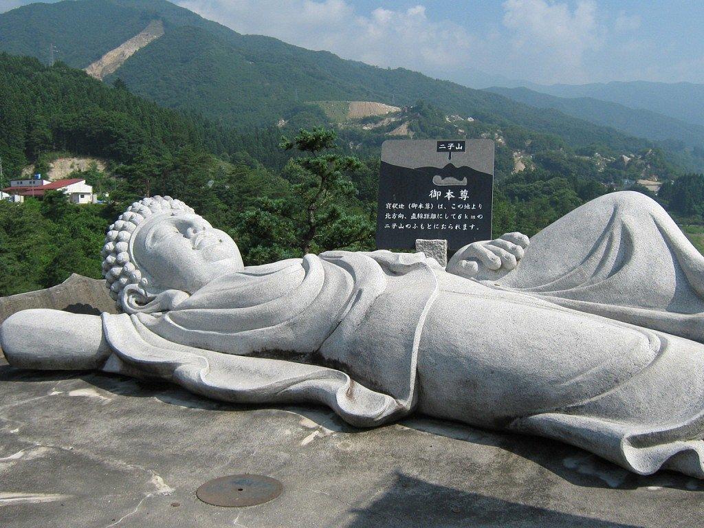 Nagy Mónika: A Kusanagi-gát felett egy lótuszvirág közepén szunyókáló Buddha (Gunma megye)